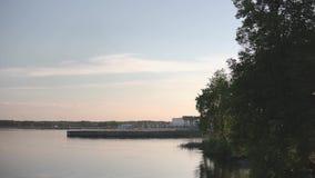 Groot waterreservoir bij zonsondergang, de hemel van de gradiëntkleur en water stock video