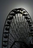 Groot wiel in de avond tegen de zon Stock Afbeeldingen