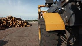 Groot wiel die van de bulldozer, van de bulldozer op de bewegingen schieten stock footage
