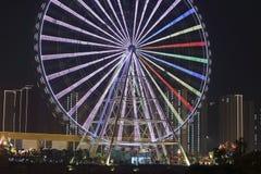 Groot wiel naast de rivier in de nacht Royalty-vrije Stock Afbeelding