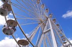 Groot wiel op blauwe hemel stock afbeelding