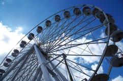 Groot wiel op blauwe hemel stock afbeeldingen