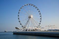 Groot wiel op de dijk van het Kaspische Overzees in de zonnige dag Baku, Azerbeidzjan stock foto's
