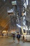 Groot wiel in zoutmijn Salina Turda in Roemenië royalty-vrije stock afbeelding