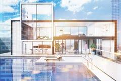 Groot wit huis met een gestemd zwembad Royalty-vrije Stock Afbeeldingen