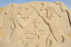 Groot zandbeeldhouwwerk van Egyptische hiëroglyfische gravures stock fotografie