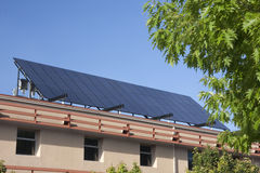 Groot zonnepaneel bij de bouw van dak Stock Foto's