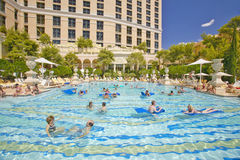 Groot zwembad met zwemmers bij Bellagio Casino in Las Vegas, NV Royalty-vrije Stock Fotografie