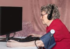 Grootmoeder in de moderne wereld Niet een dag zonder Internet royalty-vrije stock foto