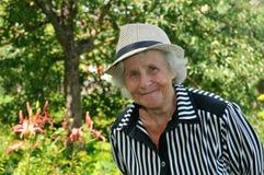 Grootmoeder in de tuin Stock Foto's