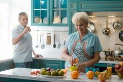 Grootmoeder die een sinaasappel drukken royalty-vrije stock foto
