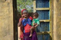 Grootmoeder die grote zoon in haar wapens houden Royalty-vrije Stock Foto