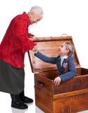 Grootmoeder die haar kleindochter in de borst vinden royalty-vrije stock afbeeldingen