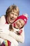 Grootmoeder die Haar Kleindochter koestert royalty-vrije stock fotografie