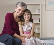 Grootmoeder die Kleindochter koestert Royalty-vrije Stock Foto