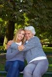 Grootmoeder die kleinkind omhelst Stock Afbeeldingen