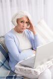 Grootmoeder die laptop computer met behulp van Royalty-vrije Stock Fotografie