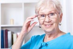 Grootmoeder die lezingsglazen dragen royalty-vrije stock fotografie