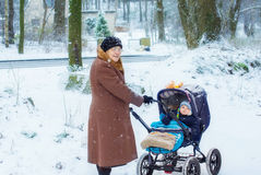 Grootmoeder die met babyjongen lopen in de winter royalty-vrije stock afbeeldingen