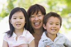 Grootmoeder die met kleinkinderen lacht Royalty-vrije Stock Foto