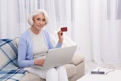 Grootmoeder die online opslag bezoeken royalty-vrije stock foto's