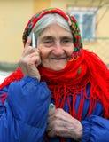 Grootmoeder die op celtelefoon spreken Royalty-vrije Stock Foto