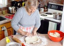 Grootmoeder die pastei maken Royalty-vrije Stock Foto's