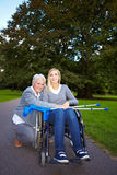 Grootmoeder die voor gehandicapten geeft Stock Foto's