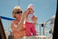 Grootmoeder en baby op een zeilboot Royalty-vrije Stock Foto