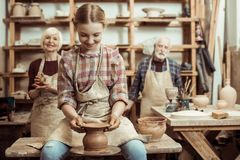 Grootmoeder en grootvader met kleindochter die aardewerk maken royalty-vrije stock fotografie