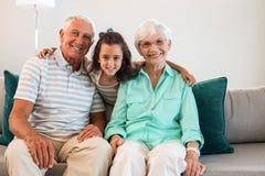 Grootmoeder en grote vader met hun kleindochter royalty-vrije stock afbeelding