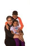 Grootmoeder en haar die kleinkinderen tegen een witte achtergrond wordt geïsoleerd Stock Foto's