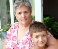 Grootmoeder en kinderen thuis Royalty-vrije Stock Foto's