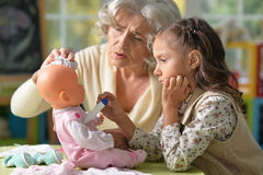Grootmoeder en kindspel stock afbeeldingen