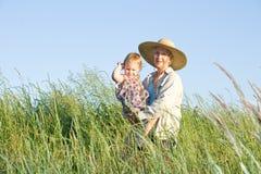 Grootmoeder en kleindochter. royalty-vrije stock afbeeldingen