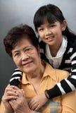 Grootmoeder en kleindochter stock foto