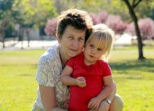 Grootmoeder en kleindochter stock afbeeldingen
