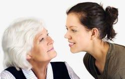 Grootmoeder en kleindochter stock foto's