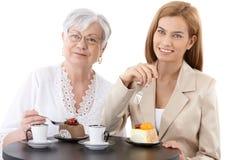 Grootmoeder en kleindochter bij koffiewinkel stock fotografie