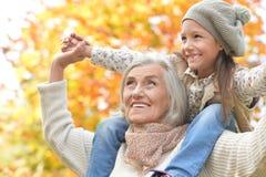 Grootmoeder en kleindochter die pret hebben stock afbeeldingen