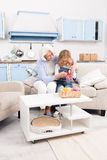 Grootmoeder en kleindochter het breien royalty-vrije stock afbeeldingen