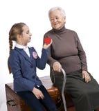 Grootmoeder en kleindochter met een hart Stock Foto's