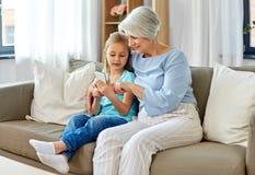 Grootmoeder en kleindochter met smartphone royalty-vrije stock afbeeldingen