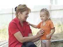 Grootmoeder en kleindochter openlucht Stock Foto's