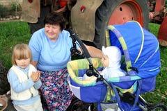 Grootmoeder en kleindochters in landkant royalty-vrije stock afbeelding