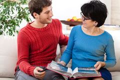 Grootmoeder en kleinzoon het bekijken fotoalbum Royalty-vrije Stock Afbeelding