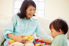 Grootmoeder en Kleinzoon het Spelen met Toy Together Royalty-vrije Stock Afbeeldingen