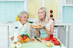 Grootmoeder en vrouwenhuisvrouw royalty-vrije stock foto