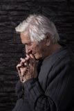 Grootmoeder het bidden stock afbeelding