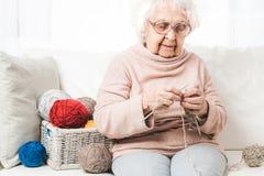 Grootmoeder het breien stock foto's
